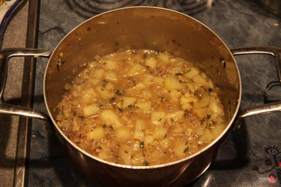 3. Тем временем в кастрюле на растительном масле обжариваем лук, имбирь и чеснок. Когда лук приобретет золотистый оттенок добавляем картофель и тимьян, а также соль и специи по вкусу.