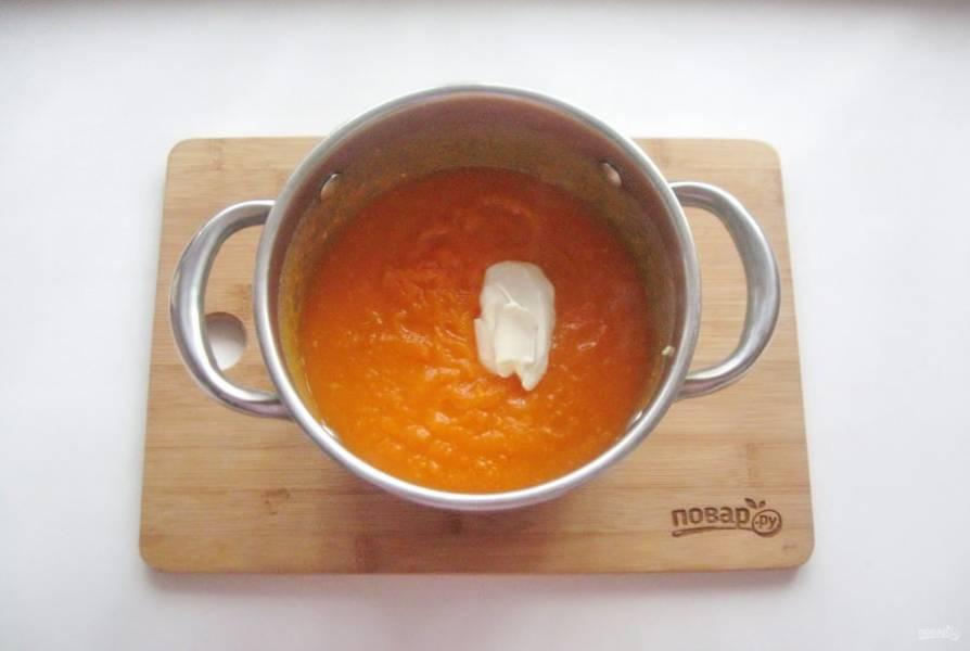 Выложите в суп сметану.