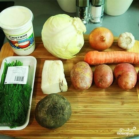 Набор ингредиентов - традиционный для борща. Мясо да овощи.