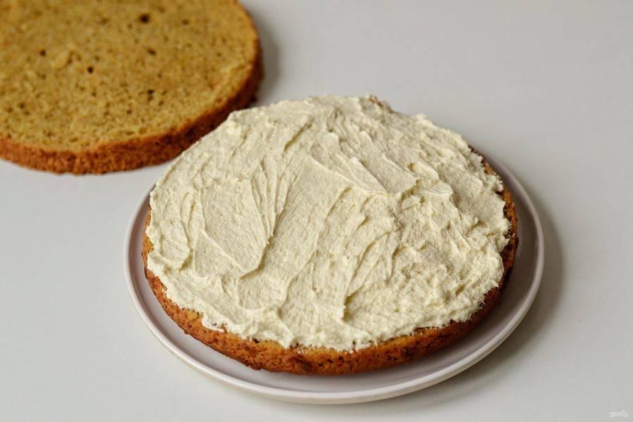 Промажьте нижний корж половиной крема, накройте верхним.