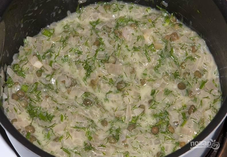 Добавьте каперсы, измельченный укроп, соль и перец по вкусу.