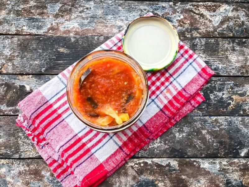 Готовый салат разместите в стерилизованные банки, закатав крышками. После этого вы можете хранить манжо из баклажанов в кладовой или в погребе до зимы.
