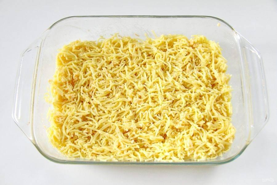 Снова все перемешайте и нарежьте спагетти кухонными ножницами. Накройте пищевой пленкой и уберите в холодильник на одну ночь.