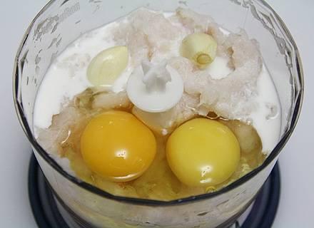 Добавляем к рыбной массе яйца, чеснок и сливки, опять включаем блендер, взбиваем и перемешиваем ингредиенты.