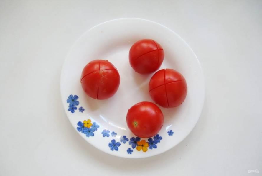 На каждом помидоре сделайте крестообразный надрез.