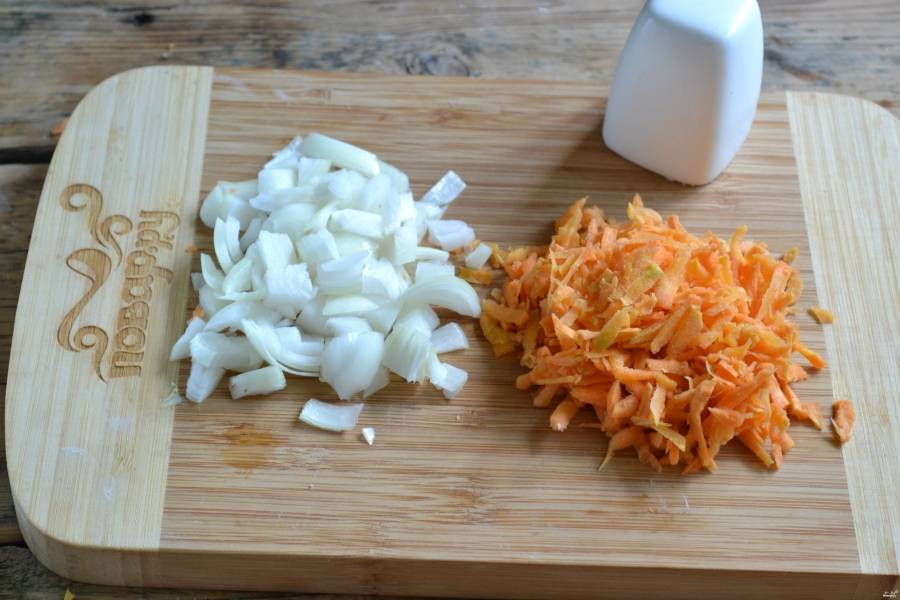 Лук нарежьте крупными кубиками. Морковь натрите на крупную терку.