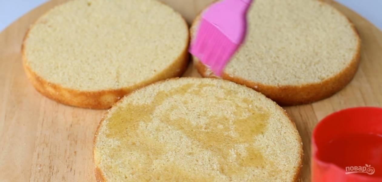 3.Пропитайте все бисквиты сахарным сиропом (2 столовые ложки сахара смешать с 60 миллилитрами воды, довести до кипения и остудить, добавить ароматизатор).