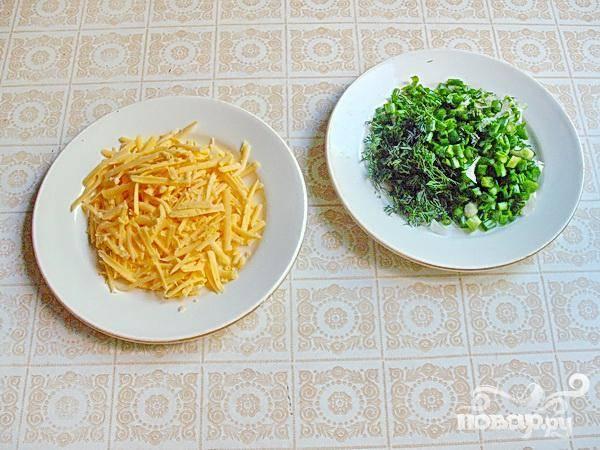 2. На терке натрите сыр, промойте зелень и измельчите.