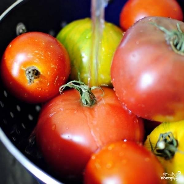 Для начала необходимо хорошенько промыть помидоры и очистить их от хвостиков.