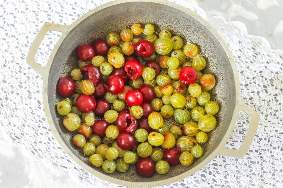 Высыпьте очищенные ягоды в казан или в кастрюлю с антипригарным дном.