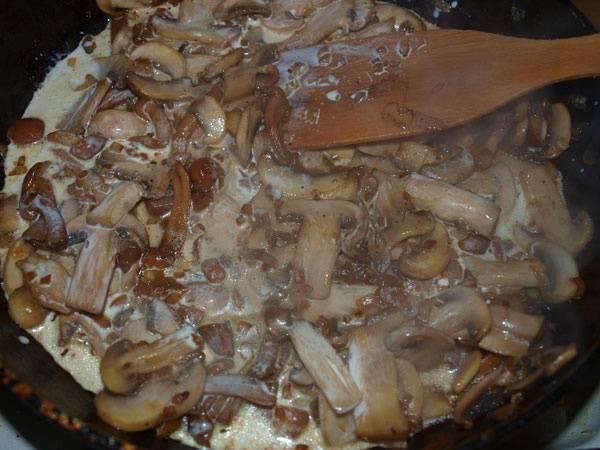 А пока готовим грибы: обжариваем их с луком, добавляем специи и сливки.