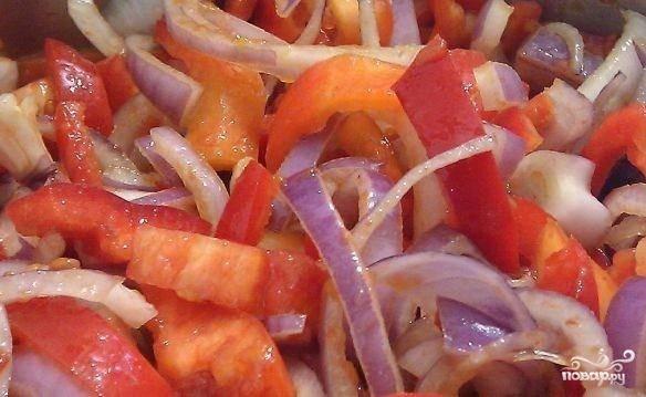 Перекладываем овощи в кастрюльку, ставим на средний огонь и доводим до кипения.
