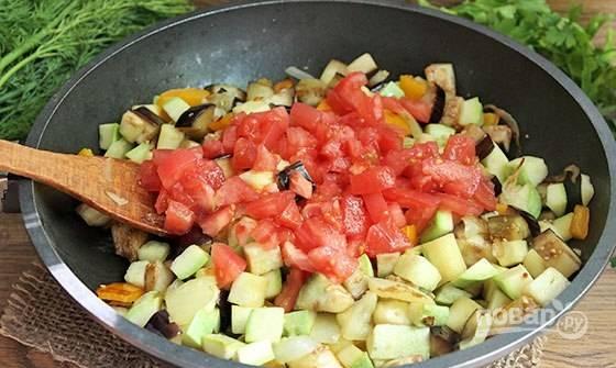 Далее внесите в сковороду помидоры. Перемешайте ингредиенты. Убавьте огонь. Тушите блюдо в течение 25 минут под крышкой.