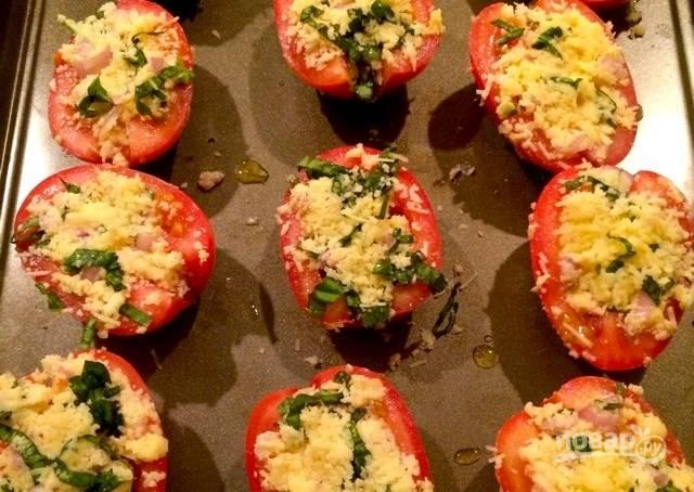5.Выложите начинку в помидоры, распределив ее равномерно.