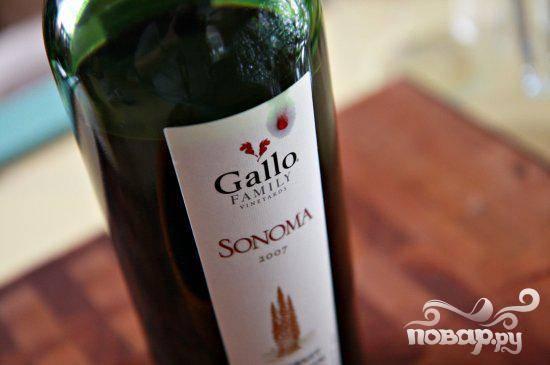 4. Добавить вино и варить, пока жидкость не выпарится, около 6 минут. Добавить 3 стакана мясного бульона и помидоры, снова довести до кипения.