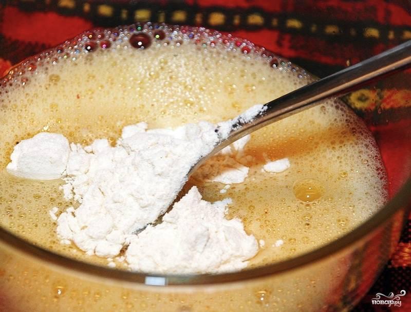 Теперь займитесь приготовлением кляра. Для этого хорошо взбейте яйцо вилкой или венчиком. К яйцу добавьте вино, муку и соль с перцем по вкусу. Всё тщательно взбейте.