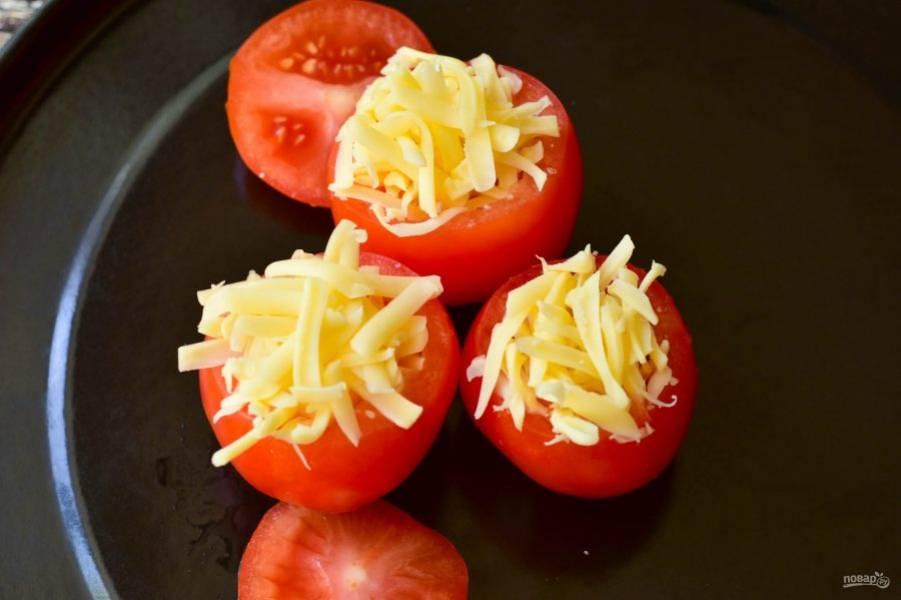 Поставьте помидоры на противень, чтобы они не наклонялись, рядом выложите срезанные шляпки.