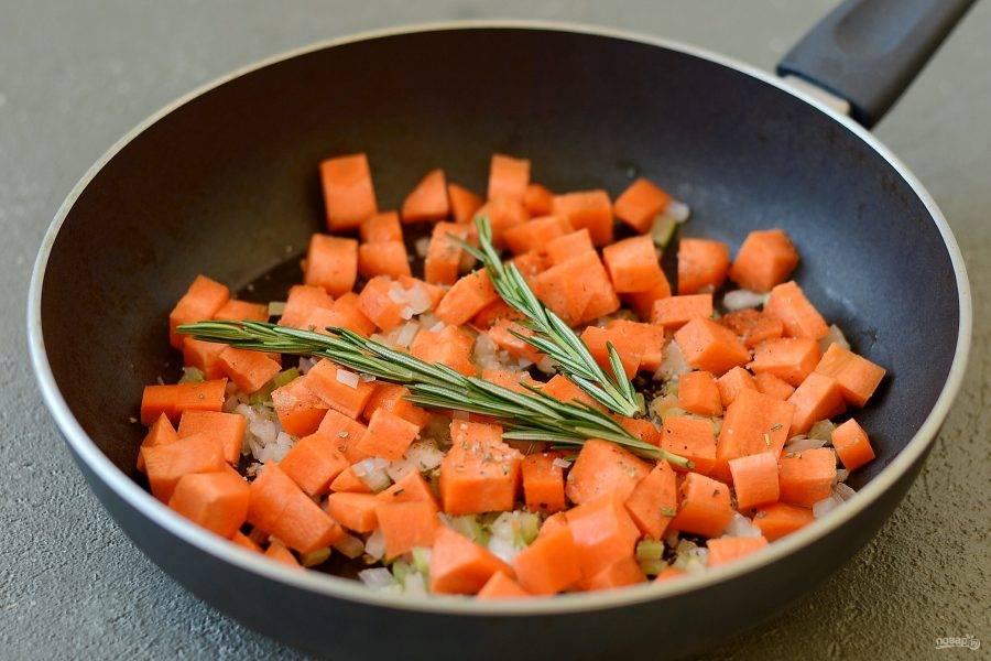 Морковь очистите, помойте, нарежьте ломтиками. Переложите морковь в сковороду. Приправьте травами, тушите минут 15, постоянно помешивая, до мягкости.