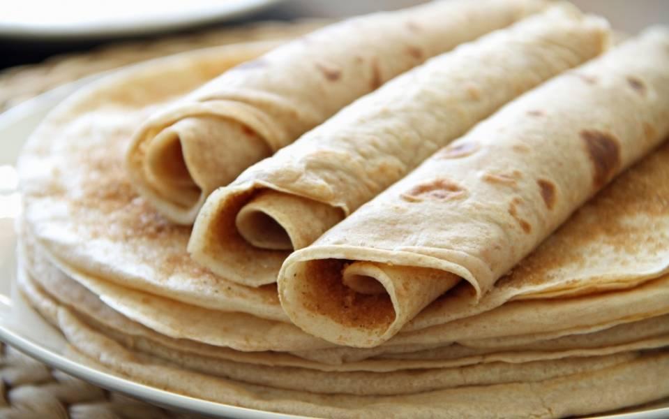 Горячие блины можно подавать на стол с сахаром, маслом, вареньем, мёдом, сметаной икрой... Приятного аппетита!