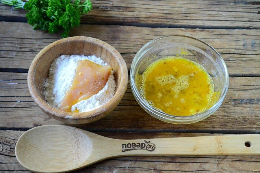 Яйца взбейте с солью и специями по вкусу. Каждый ломтик куриной грудки обмакните сначала в яйцо, затем в муку, снова в яйцо и в муку.