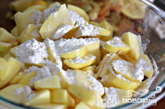 4. Сделать начинку. Нарезать яблоки на ломтики, каждый ломтик разрезать пополам. Смешать нарезанные яблоки, лимонный сок и 1/4 стакана муки в большой миске, чтобы смесь равномерно покрывала яблоки.  Дать постоять.