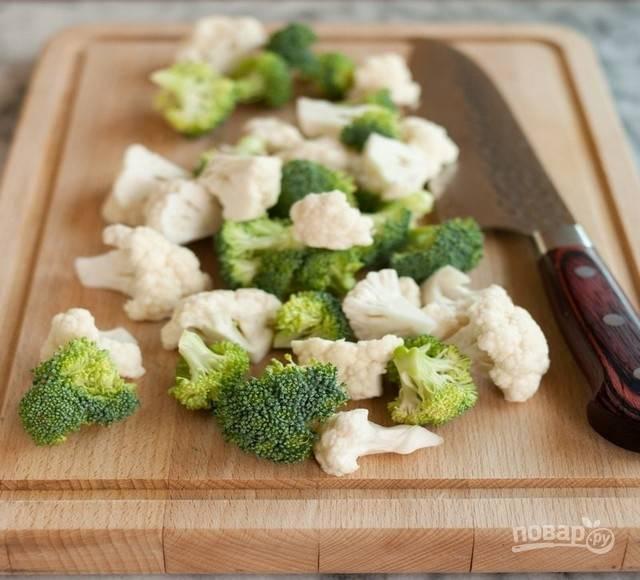 Выбранные овощи почистите, промойте и нарежьте на одинаковые кусочки, удобные для подачи. Мелкие куски будут готовиться быстрее, чем крупные.