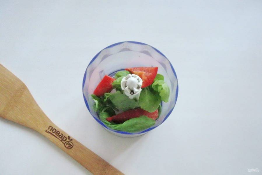 Приготовьте соус. В чашу блендера выложите болгарский перец и зеленый базилик.