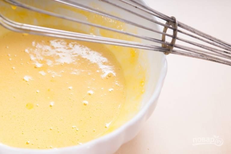 4.Влейте к яичным желткам горячее молоко и перемешайте.