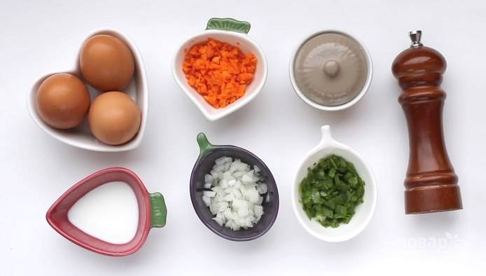Подготовьте все продукты. Морковь натрите на терке или очень мелко нарежьте, как и оба вида лука.