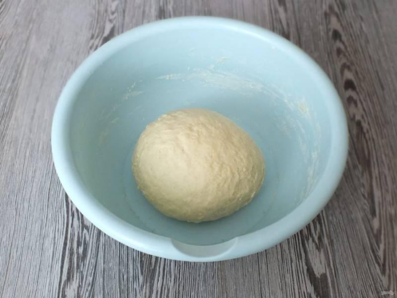 Муки для замеса может потребоваться чуть больше или меньше. Показателем достаточного количества муки будет тесто, которое не липнет к рукам и имеет мягкую, эластичную консистенцию. Готовое тесто накройте полотенцем и оставьте при комнатной температуре на 30 минут.