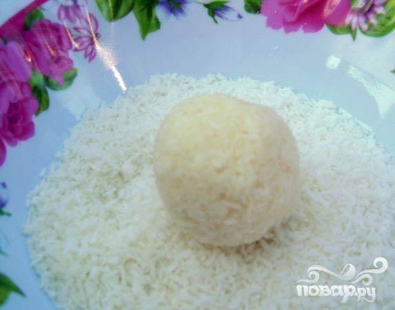 5.Подправим его немного и обкатываем в сухой кокосовой стружке.