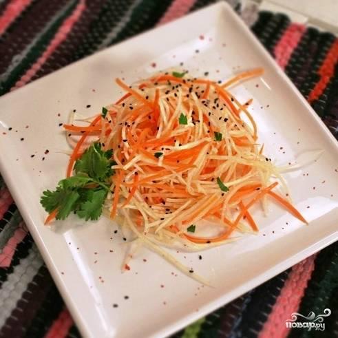 Салат из редьки с морковью готов. Подавать лучше сразу же. Приятного аппетита! ;)