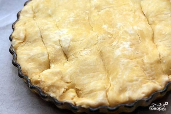 Укрываем сливы пластом теста, края заворачиваем внутрь формы. Ставим в духовку и выпекаем 35-40 минут при 190 градусах.