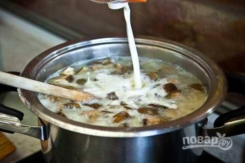6. Затем добавьте сливки и грибы из сковороды.