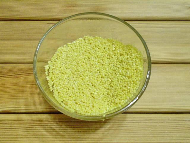 2. Пшено перебрать, замочить на время в теплой воде, хорошо промыть.