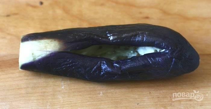 2.В кастрюлю наливаю воду, довожу её до кипения, после этого опускаю баклажаны в воду и варю их 2 минуты. Достаю и кладу овощи на тарелку. Как только остынут, вычищаю ложкой их мякоть.