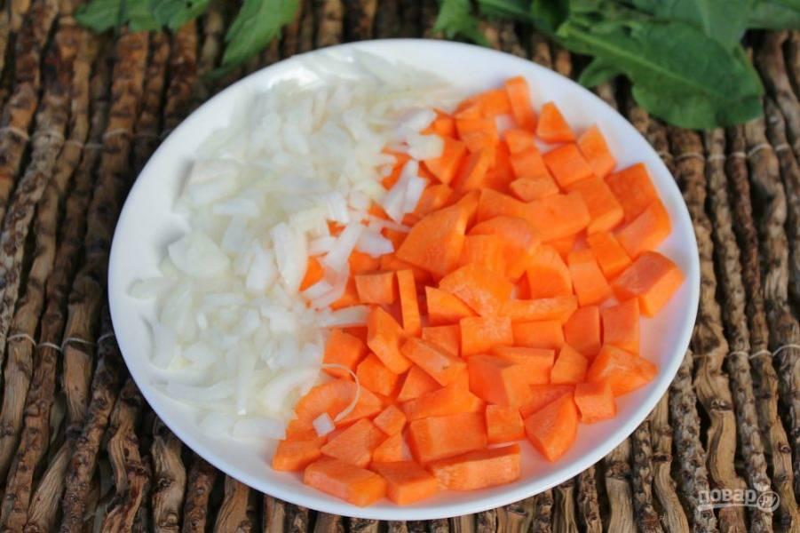 В кипящий бульон добавляем нарезанный лук и морковь.