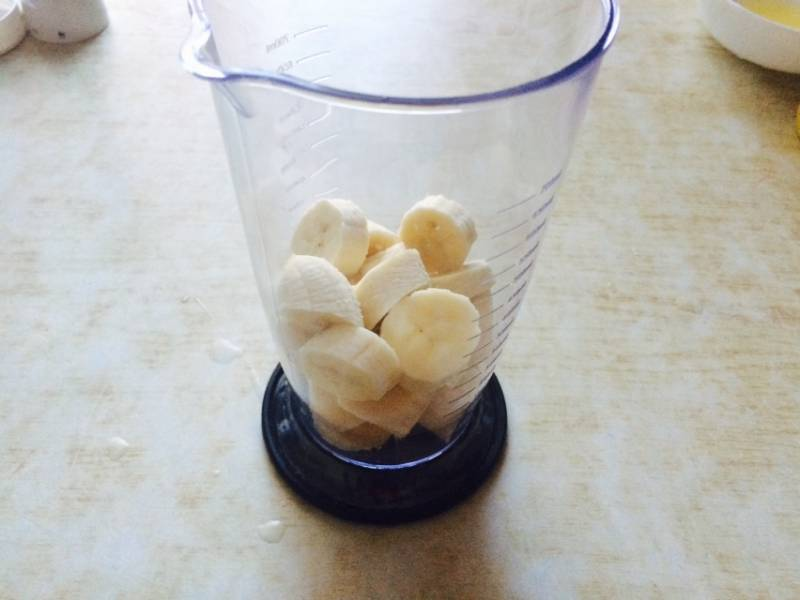 Бананы очистить и порезать кусочками.
