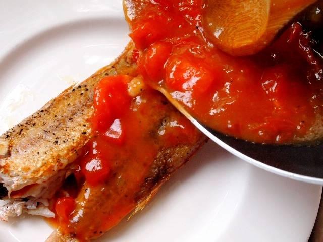 Готовую жареную рыбу с помидорами можно украсить зеленью. Приятного аппетита!
