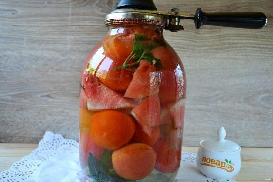 Залейте маринадом помидоры и закатайте банку крышкой.