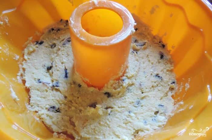 Разделяем массу на 2 части. В первую добавляем промытые и нарезанные сухофрукты + ваниль и разрыхлитель со стаканом муки. Перемешиваем и укладываем в силиконовую форму.