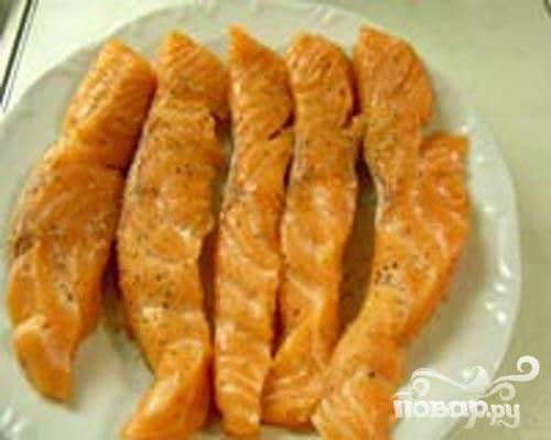 1.Разрезаем на стейки филе семги, ширина примерно два сантиметра. Солим и перчим.