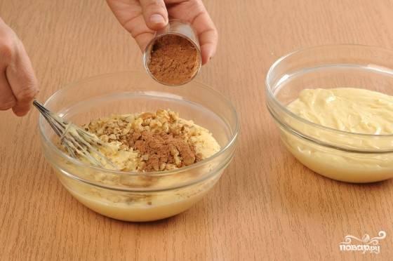 2. Полученное тесто разделяем на две равные части. Одну отставляем, а в другую добавляем орехи, какао и черный шоколад, растопленный на водяной бане или же измельченный ножом в крошку.