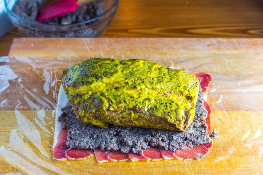 8.Выложите мясо и сформируйте рулет с помощью пленки, поместите его в холодильник на 20-30 минут.
