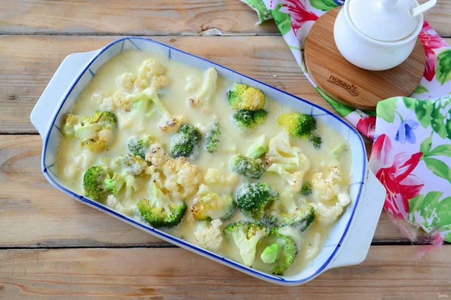 Залейте полученным соусом овощи.