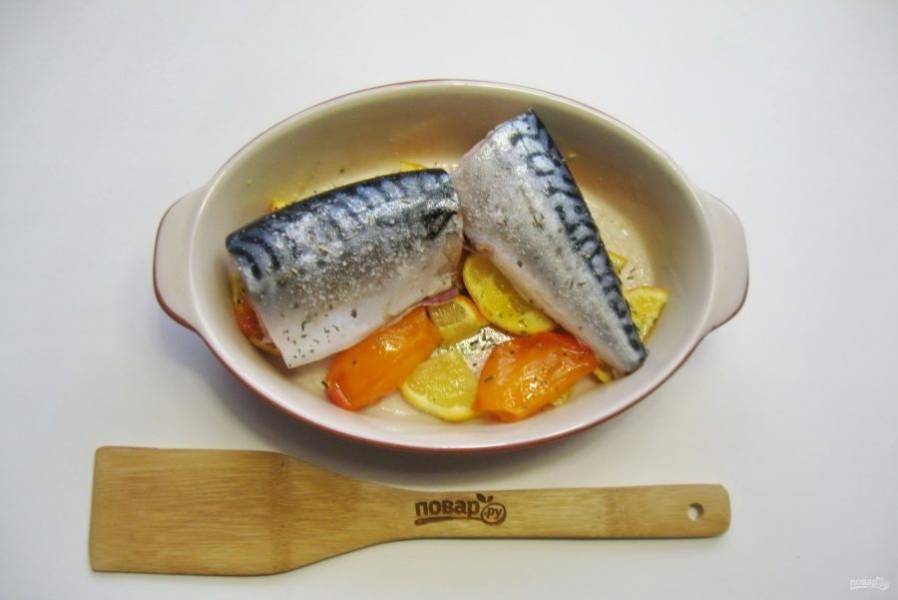 Посолите и поперчите рыбу по вкусу.