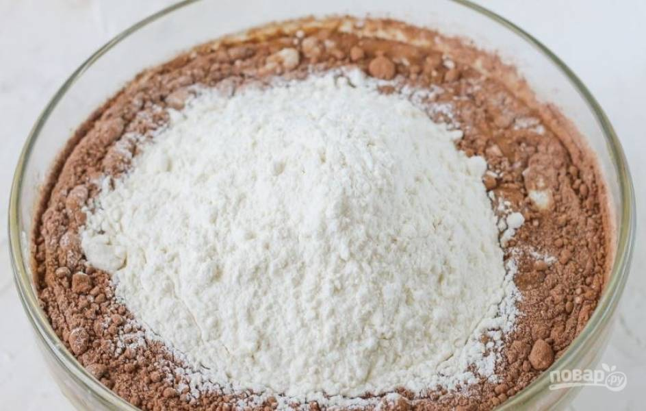 Добавьте в миску какао-порошок. Его следует просеять, чтоб в нем не было комочков. Также поступите с мукой, предварительно соединив ее с разрыхлителем. Его можно заменить содой.