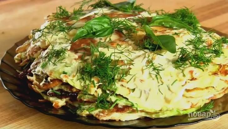 6. Чтобы собрать овощной тортик, смажьте начинкой каждый капустный лист и сложите их стопочкой. Украсьте зеленью. Приятного аппетита!