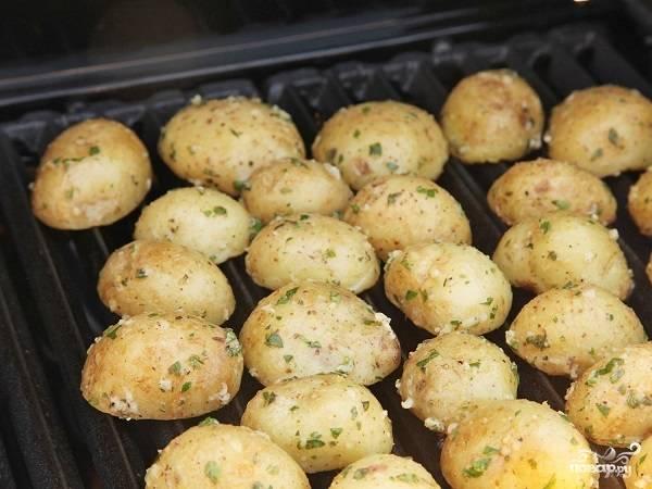 3. Разогрейте гриль, выложите картофель. Также этот рецепт приготовления картофельных долек в специях подойдет для решетки мангала. Очень удобно печь ее на природе.