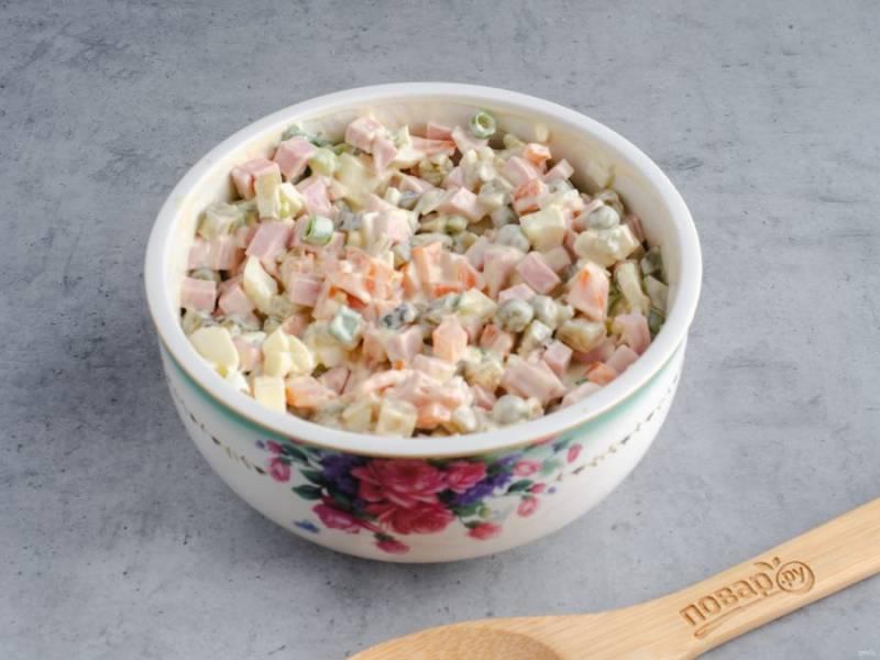 Заправьте салат майонезом и дайте настояться 10-15 минут.